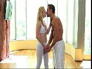 Video porno hd com macho sarado fodendo a buceta da loirinha
