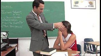 Líder de torcida em videos de sexo com seu professor
