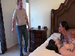 Marido fode amiga e esposa na cama