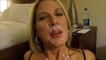 Porno com mãe gostosa fazendo boquete no filho e levando jato de porra na cara
