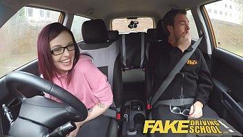 Ruiva quente em sexo amador dentro do carro