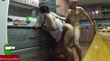 Safada amador na cozinha com seu marido