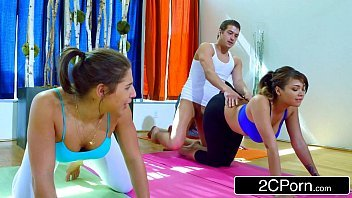 Baixar porno com rapaz comendo as mulheres no yoga