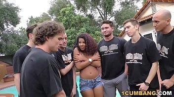 Pretinha da bucetas lindas fode com vários caras