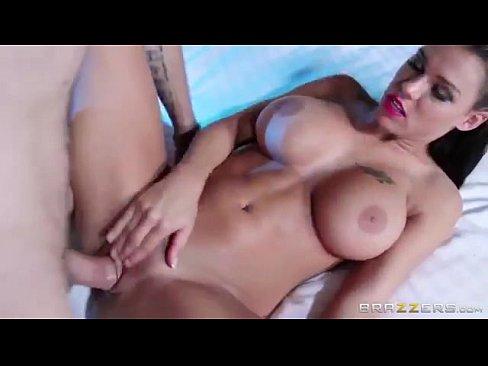 Latina com uma bela bunda em filme de porno