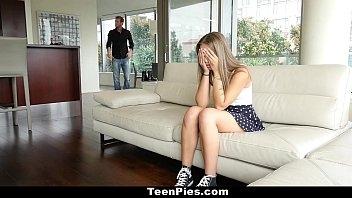 Boa novinha quente em  cenas de sexo com o amigo