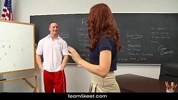 Ruiva bem novinha na sala de aula em vidios pornos