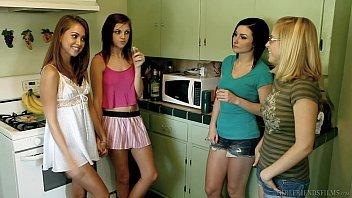 Quarteto de meninas lésbicas gozando gostoso