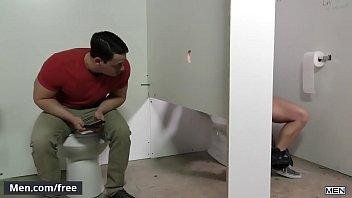 Boys gays transando no banheiro