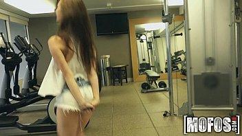 Gostosa na academia dando a sua bucetinha
