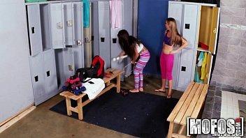 Lésbicas safadas gozando o vestiário da empresa
