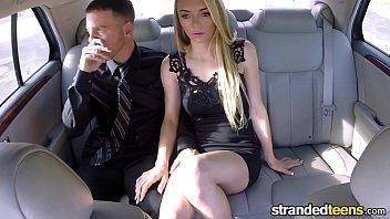 Porno no carro com safada loirinha dando para o cara comedor