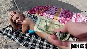 Flagra de sexo na praia gostosa dando na praia por dinheiro