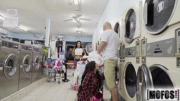Novinha na lavanderia transando muito gostoso