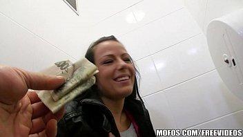 Sexo por dinheiro foi assim que essa putinha meteu com o homem safado
