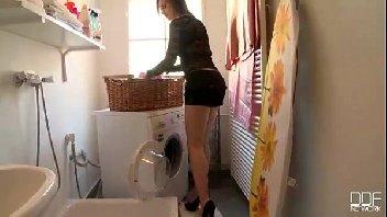 Gostosa dando na lavanderia para o macho