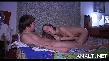 Gatinha atraente dando para o namorado dentro do quarto