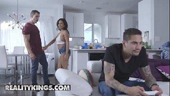 Corno joga vídeo game e puta toma rolada na sua xoxota