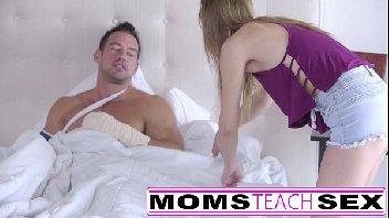 Mãe ensina pra filha como cuidar bem de um home na hora do sexo