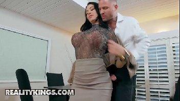 Secretaria tetuda gostosa metendo com chefe safado