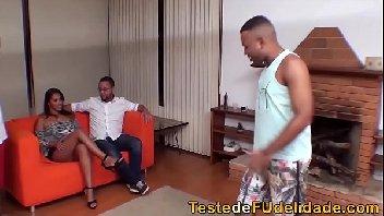 Corno deixa esposa participar de suruba com outros homens