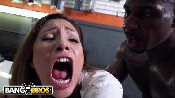 Porno grátis mecânico empurrando a rola na gostosa