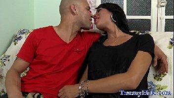 Travestis videos com safadinha dando gostoso para o careca safado