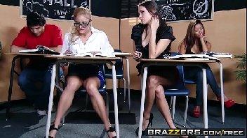 Alunas lésbicas se pegam no banheiro da escola