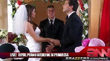 Casada não aguenta esperar e transa gostoso com o marido na frente de todo mundo
