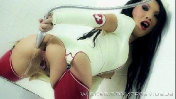 Enfermeira asiática geme gostoso usando o seu consolo