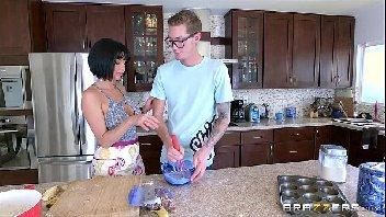 Mulher fazendo sexo na cozinha com o safado