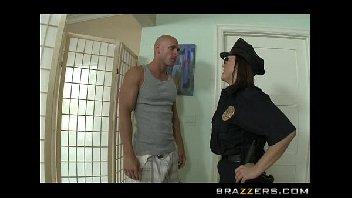 Policial gostosa relaxou dando o seu cuzinho