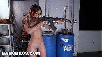 A mulher se diverte na aula de tiro dando a sua buceta