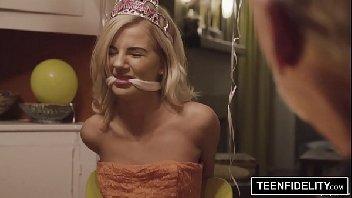 Princesinha loirinha transando gostoso