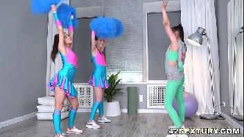 Trio de meninas lésbicas levando cacete na sua vagina