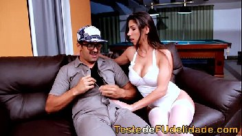 Brasileira gostosa chupando e sentando na piroca