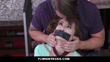 Garota foi dominada e abusada pelo safado