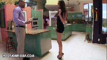 Mulher transando na cozinha de casa