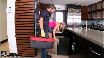Delicia de mulher transou pelada na cozinha de casa