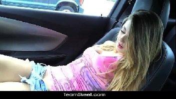 Ninfetinha super excitada transou dentro do carro com o namorado