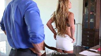 Mulher usa a sua experiencia e dar um show na piroca do novinho