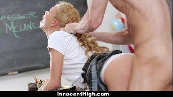 Estudante safadinha encarou a piroca do seu professor