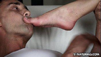 Gata manhosa seduz o rapaz e mete gostoso com ele