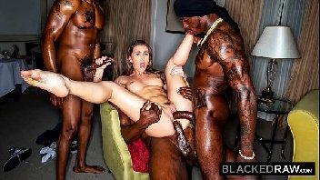 Porno dotados em trio comendo a mulher puta de luxo
