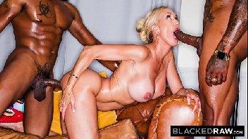 Tripla penetraçao dos negros comendo a loira