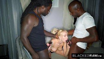 Porno sensual loira gata tendo duas rolas pretas a fodendo